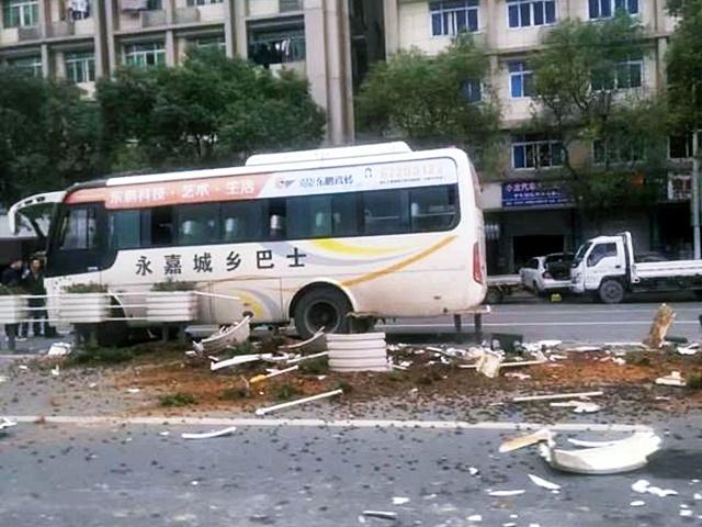 未到站要求落车 男子拉扯司机致巴士撞栏