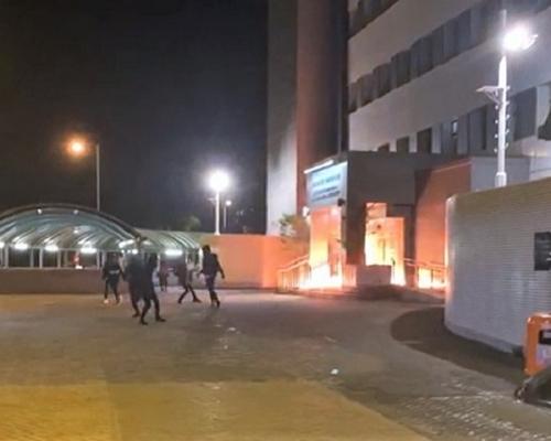 【大三罢】东涌警署门口外遭黑衣人纵火(有片)