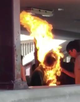 丧心病狂!香港暴徒竟浇汽油焚烧路人!(内附视频)