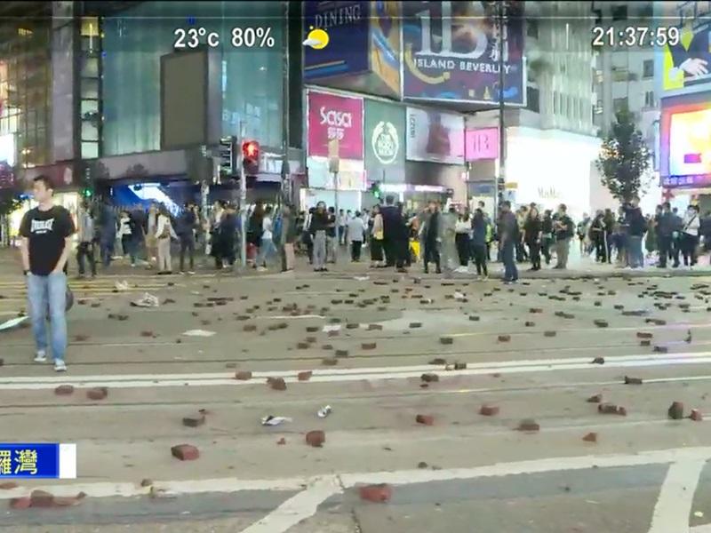 【大三罢】示威者铜锣湾掘砖堵路 防暴警追赶截查多人