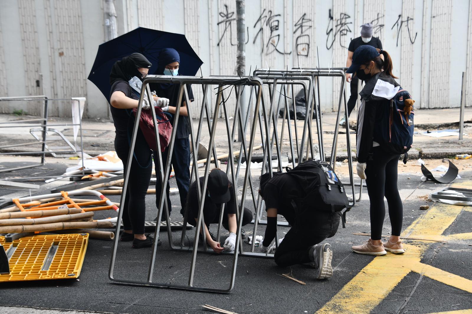 【大三罢】示威者浸大一带堵路 防暴警一度到场与黑衣人对峙