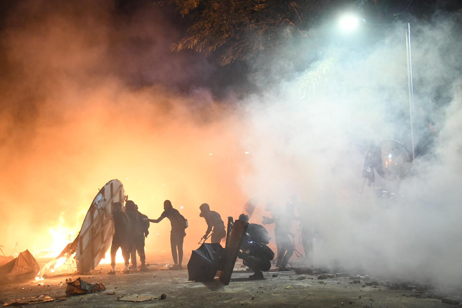 防暴警中大射橡胶子弹催泪弹多人伤 有学生疑头部中弹倒地昏迷
