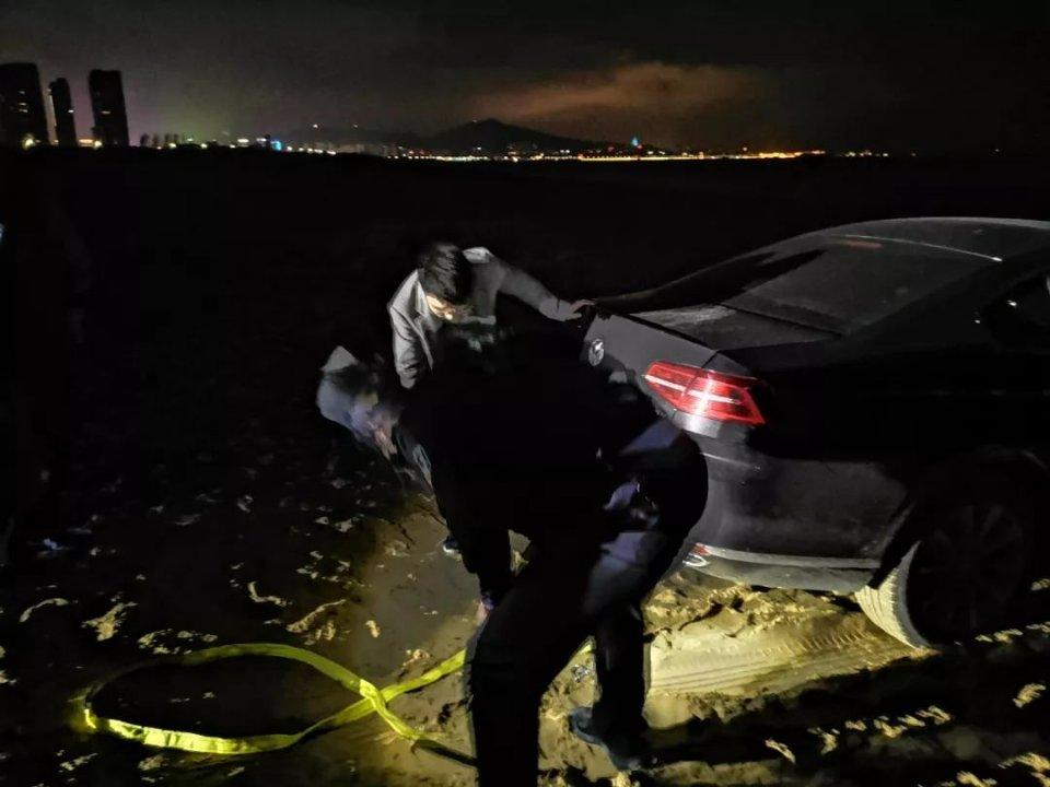 烟台:小车陷沙滩动弹不得,自己俩小时都拖不出,警方只需6分钟!