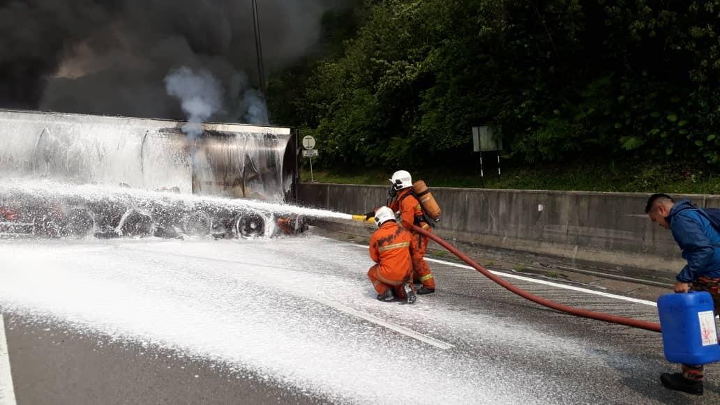 油槽车着火燃烧 南北大道交通堵塞