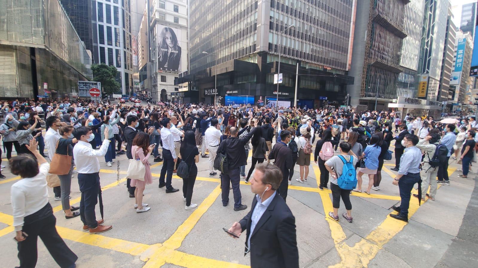 【大三罢】网民中环发起「和你lunch」 黑衣人堵路防暴警驱散