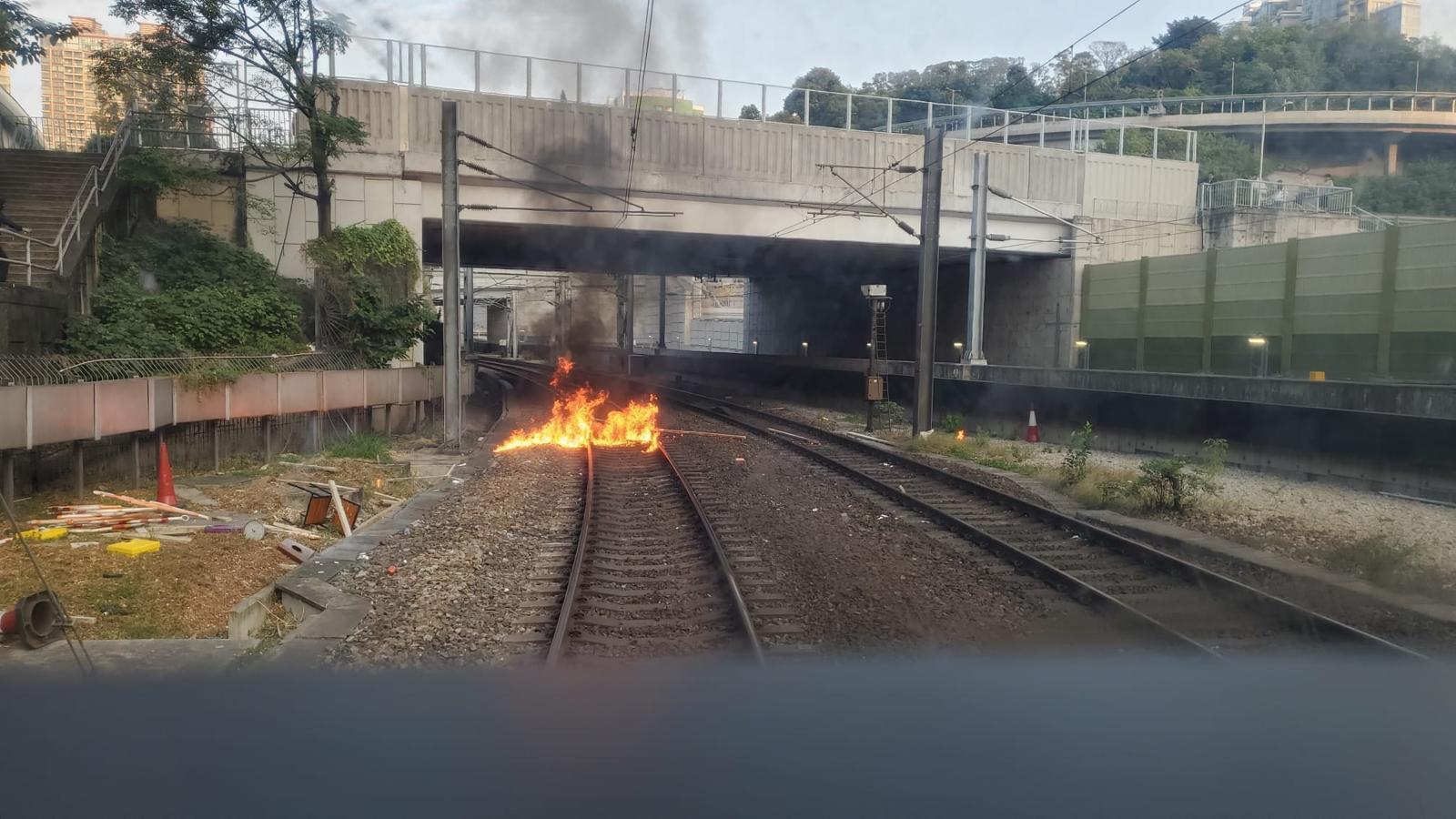 【大三罢】西铁綫行走红磡至兆康站 红磡站路轨遭投燃烧物列车一度受阻