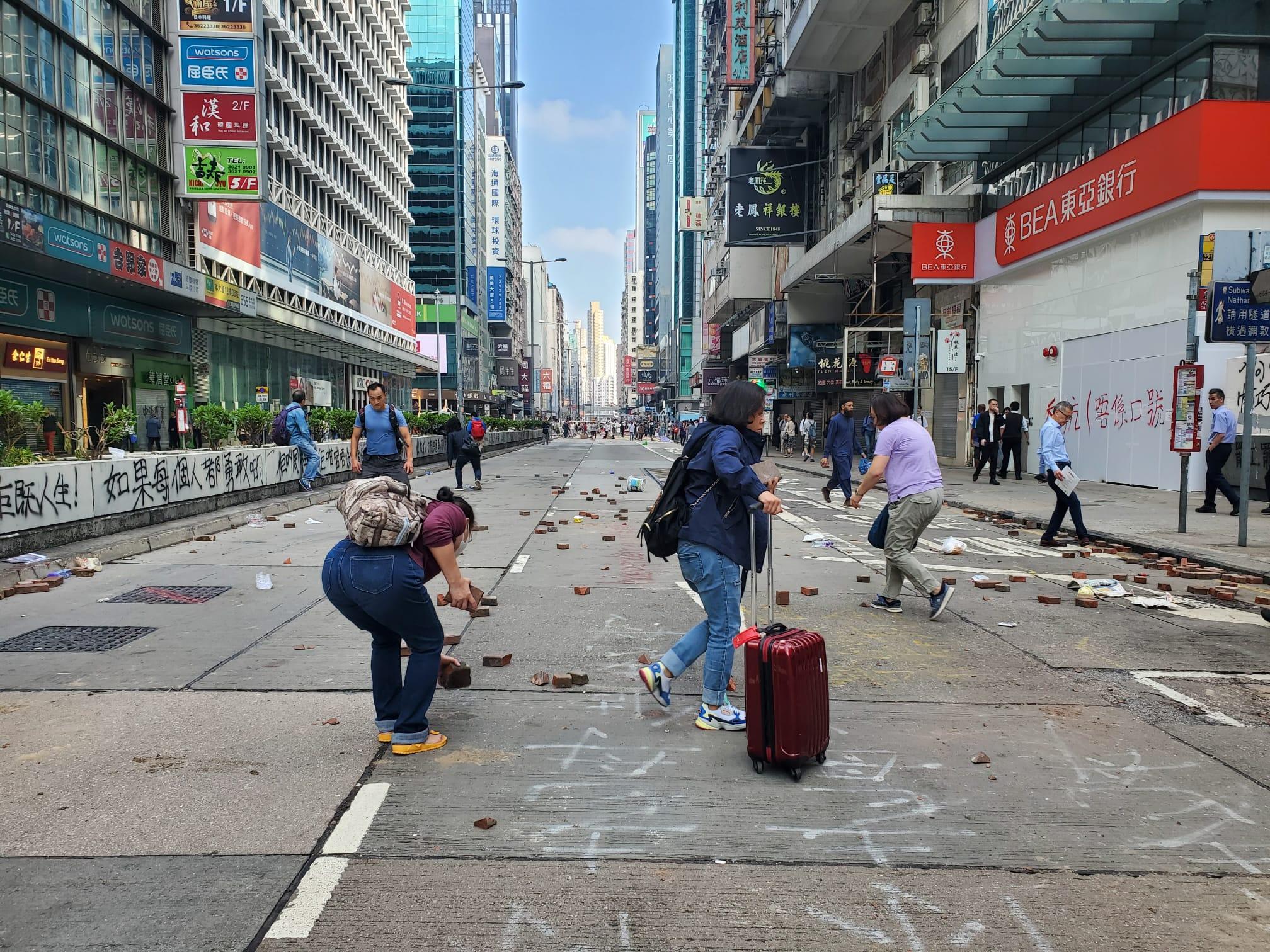 【大三罢】市民清路障被掟砖 警吁避免在危险地方自行清理