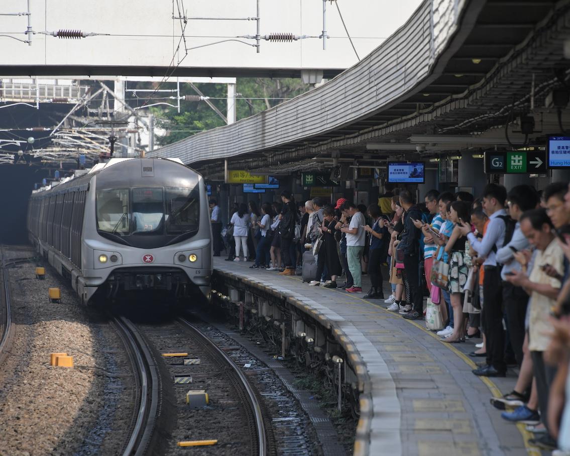 红磡站附近路轨遭纵火 东铁綫来往红磡站至旺角东站列车服务暂停