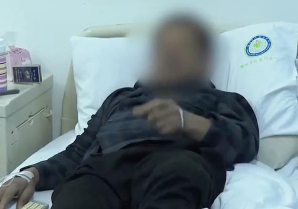 眼镜蛇断头喷毒液 男子左眼被射中险盲