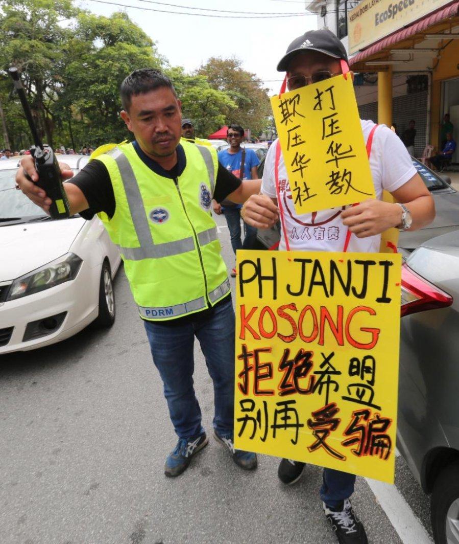 【丹绒比艾补选】两阵营支持者叫嚣愈烈 警方出动轻型镇暴队