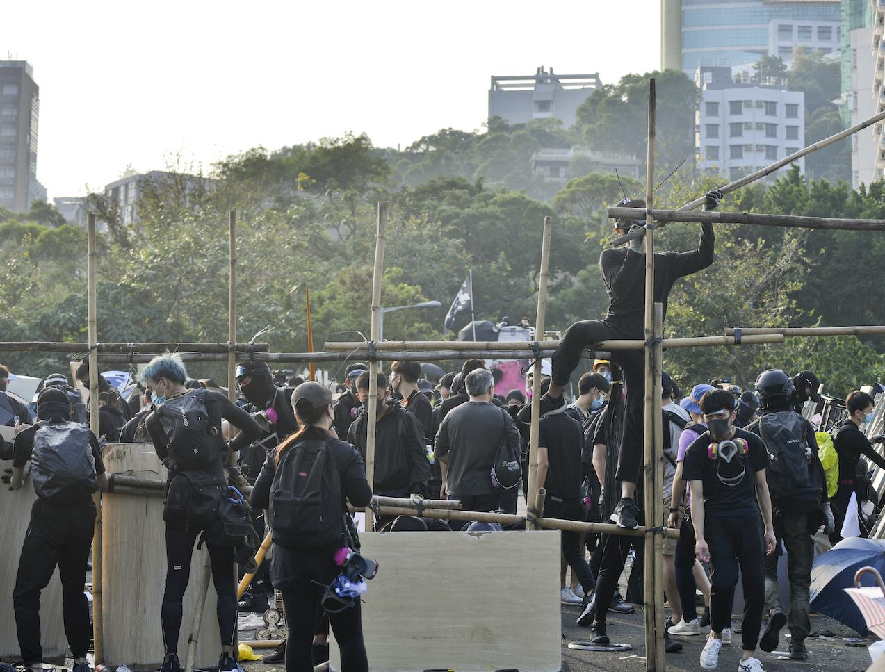 环时:大学黑衣人「武装割据」 愈来愈像「伊斯兰国」狂热战士