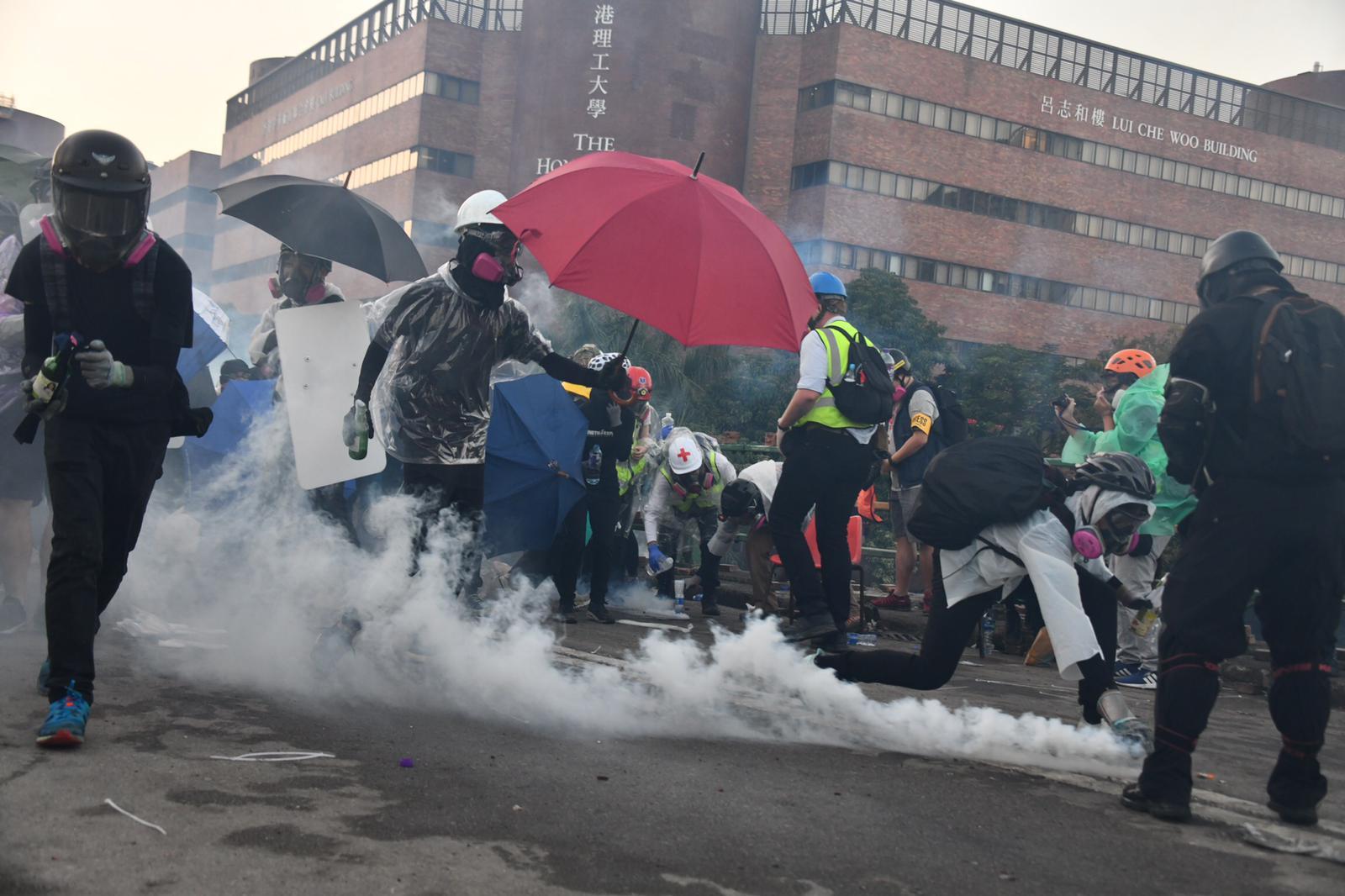 【修例风波】防暴警理大外施放橡胶弹催泪弹 装甲车车轮一度起火