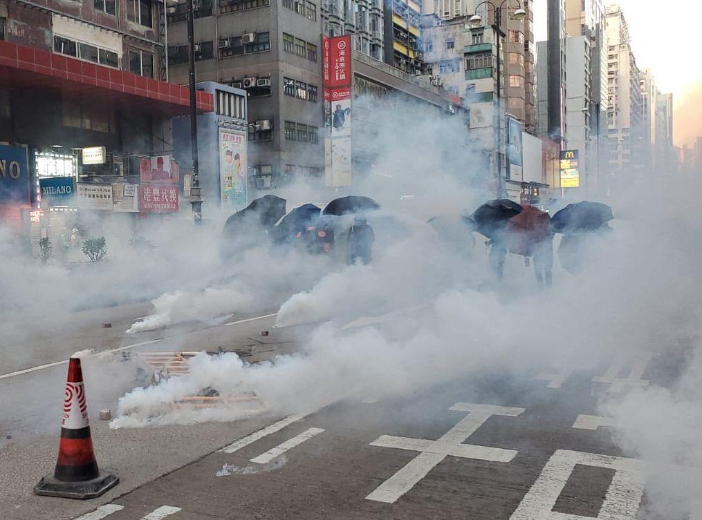 【修例风波】防暴警弥敦道射催泪弹 示威者掷汽油弹还击