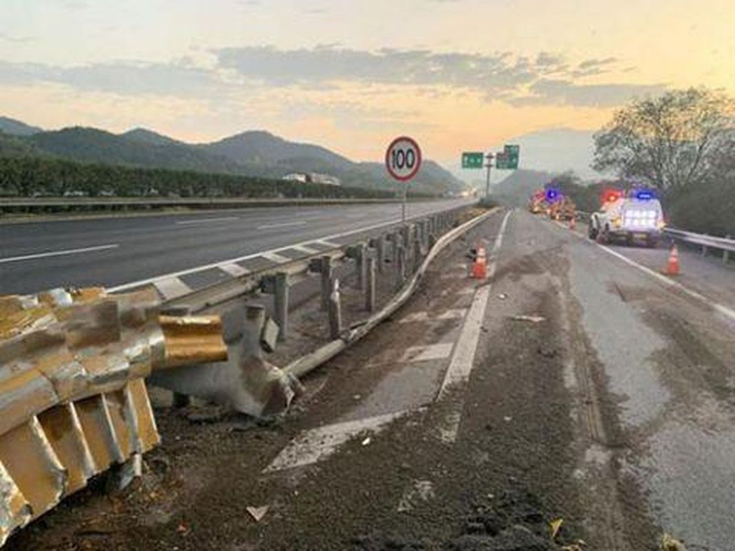 货车撞上护栏翻落路边 安全带保司机一命
