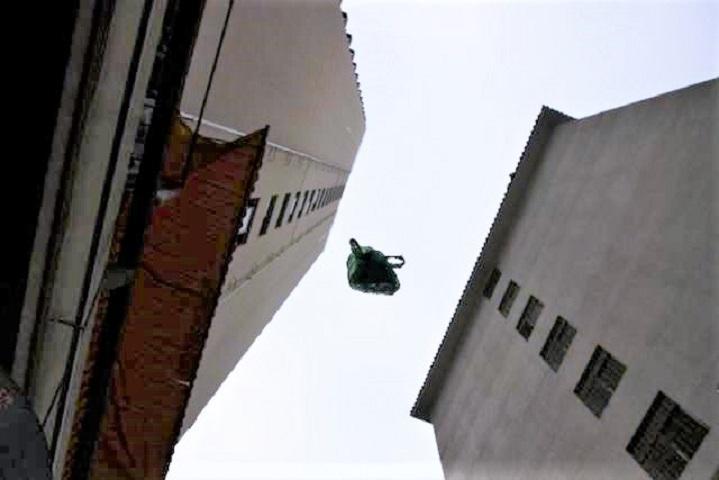 与男友吵架11楼阳台扔行李箱 广州女子判缓刑4年
