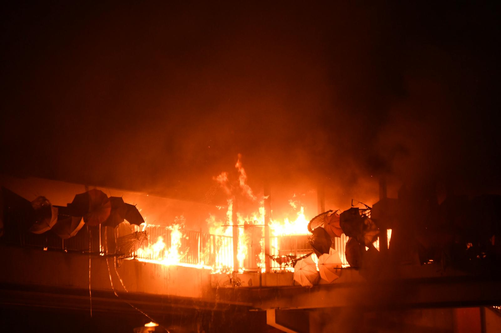 【修例风波】红隧口天桥被纵火 传出多下爆炸声