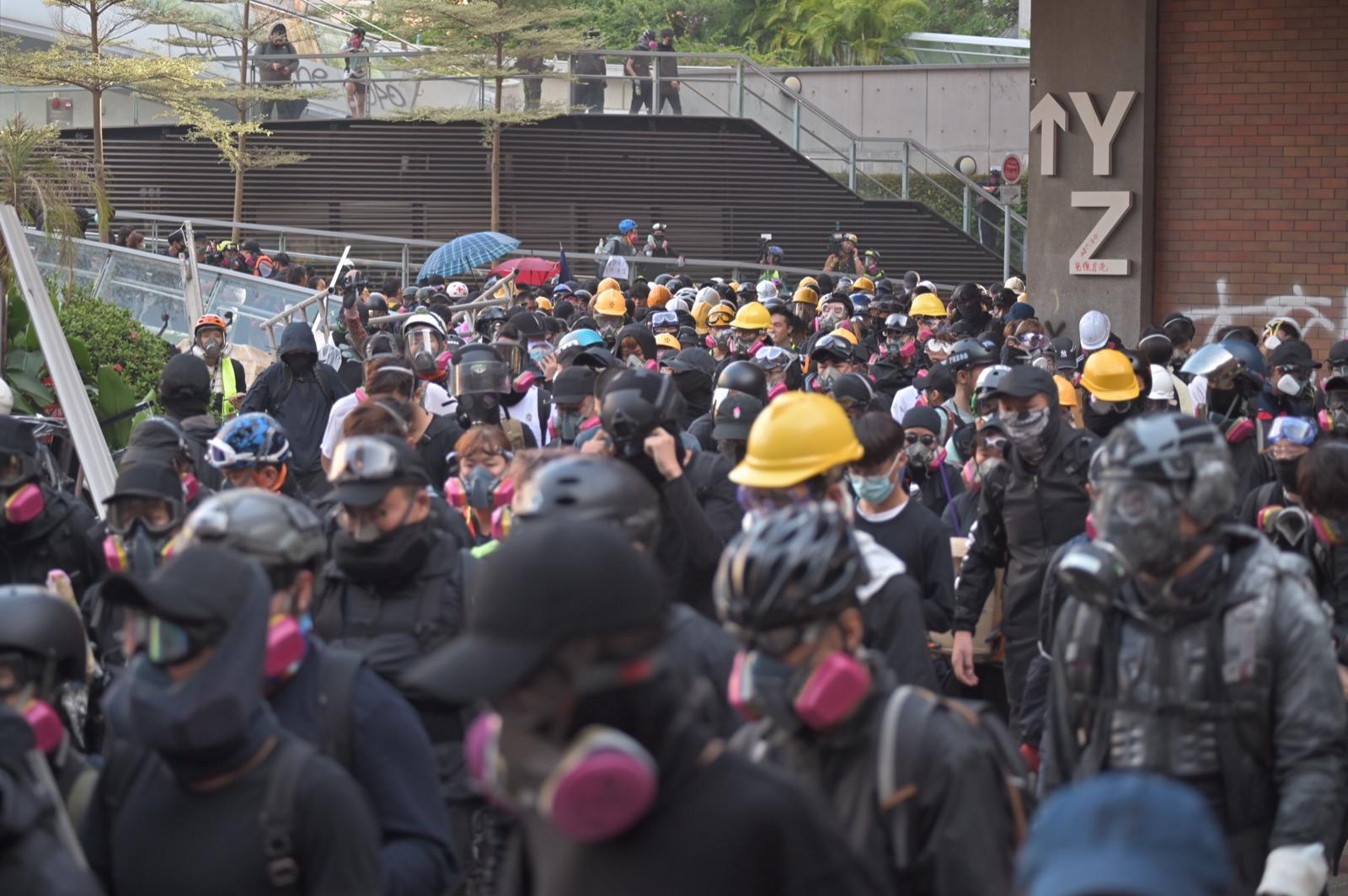 【修例风波】防暴警金马伦道举蓝旗警告 叫示威者离开