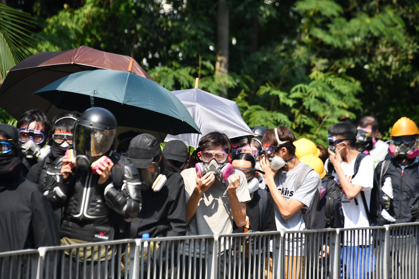 【修例风波】中午过后黑衣人第2度走出理大 警再发催泪弹