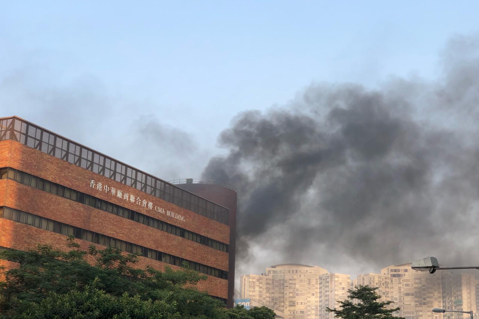 否认理大Y座出口射催泪弹 警方:暴徒纵火阻人离开