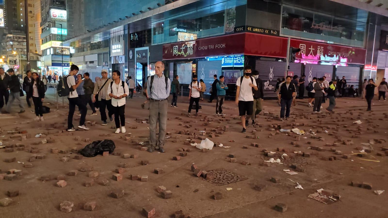 示威者弥敦道堵路纵火警察驱赶 油尖旺多处交通受阻