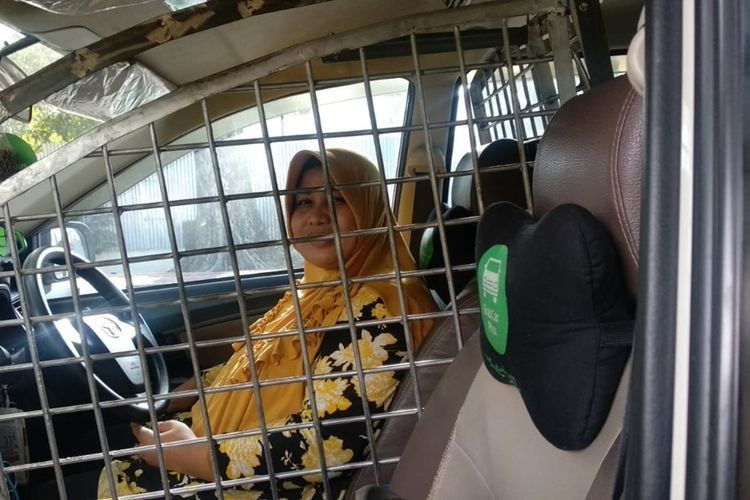 Female taxidriver installs security cage around driver's seat to protect against 'begal'