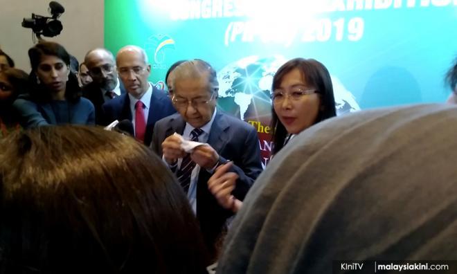 马哈迪记者会中途流鼻血,惟无大碍继续办公
