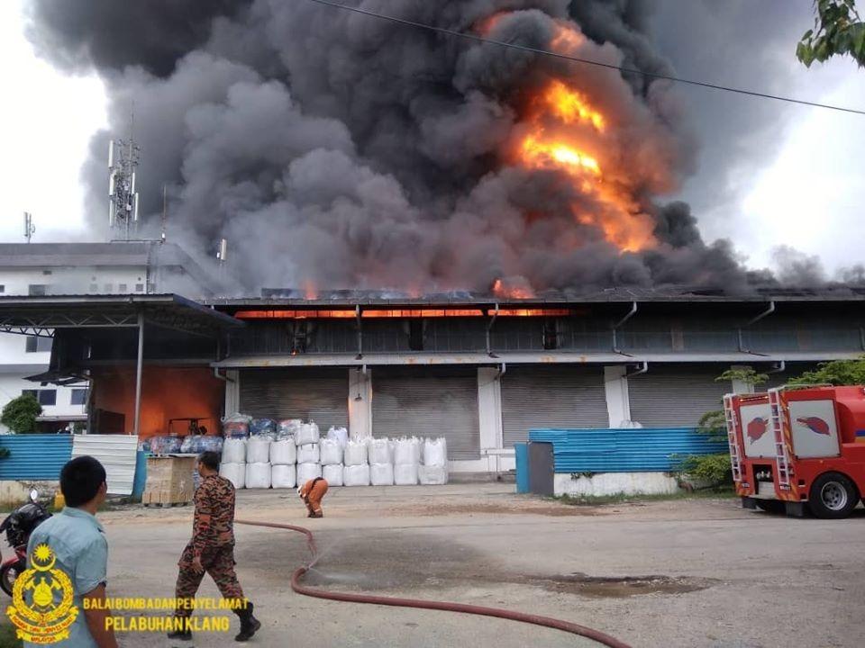 烈火侵掠塑料厂 滚滚浓烟笼罩巴生北港