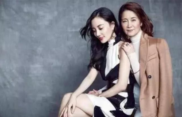 """李小璐妈妈63岁了,是个亿万富婆,年轻时比女儿更爱""""玩"""""""