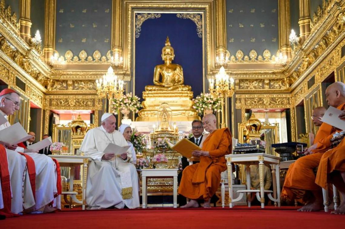 Pope Francis meets Thai Buddhist patriarch on visit promoting religious peace