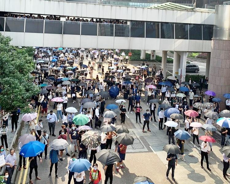 【修例风波】中环「和你lunch」聚交易广场示威 两批人一度推撞