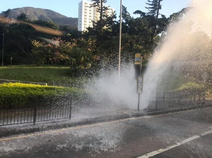 黄竹坑道爆水管 喷3米高水柱淹马路