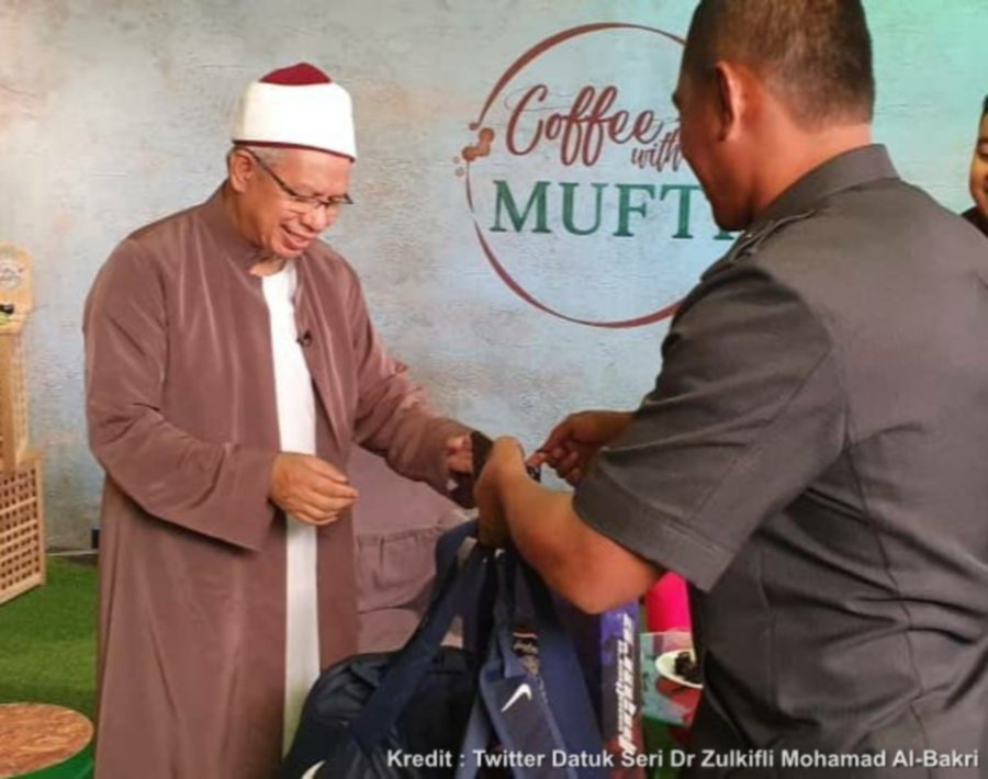 Queen gifts FT Mufti with Harimau Malaya, JDT jerseys