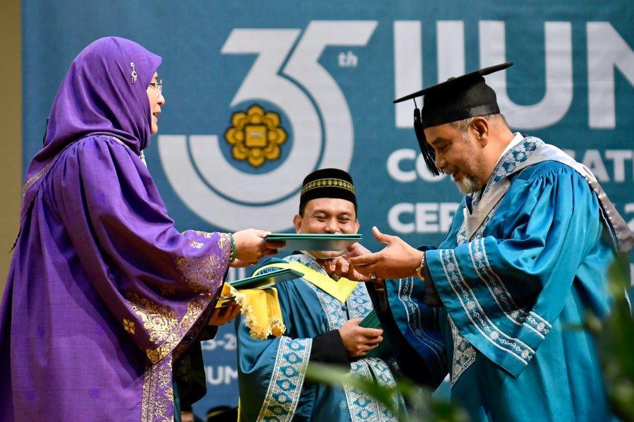 75岁前外交部长赛哈密硕士毕业