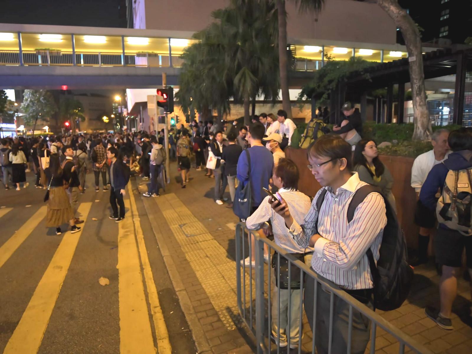 【修例风波】尖东抗议人群堵路 邝俊宇引述留守者吁勿冲击
