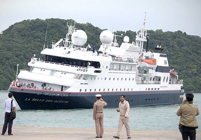 Tourist vessel towed to shore after being stranded on rocks off Phi Phi
