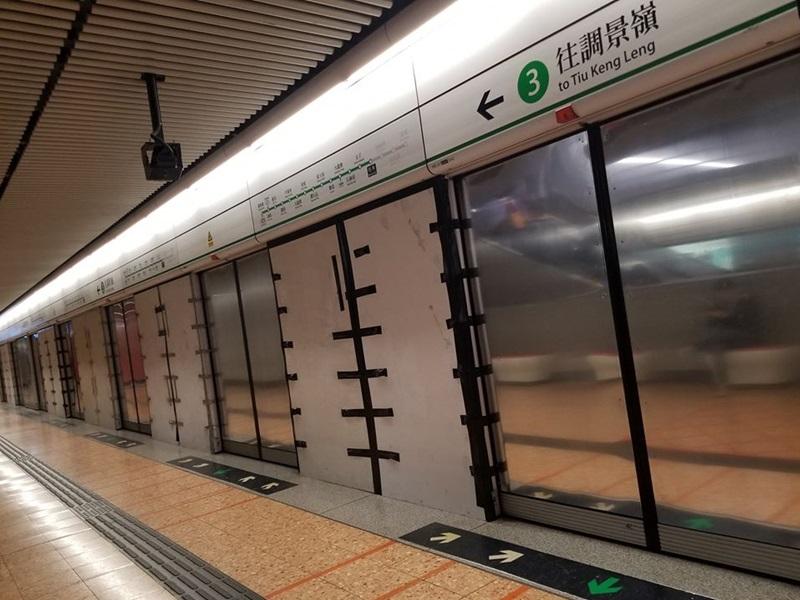 旺角站月台幕门现「钢幕」 港铁:临时復修装上钢板或木板