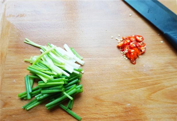 土豆丝不要直接入锅炒,多加一步骤,出锅脆口香滑,特下饭!