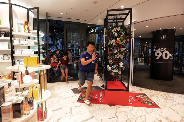 Early birds' long wait outside stores pays off on Black Friday