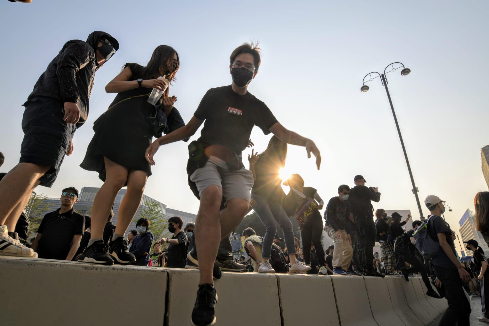 【修例风波】游行人士佔据弥敦道梳士巴利道 防暴警举蓝旗喷胡椒驱散
