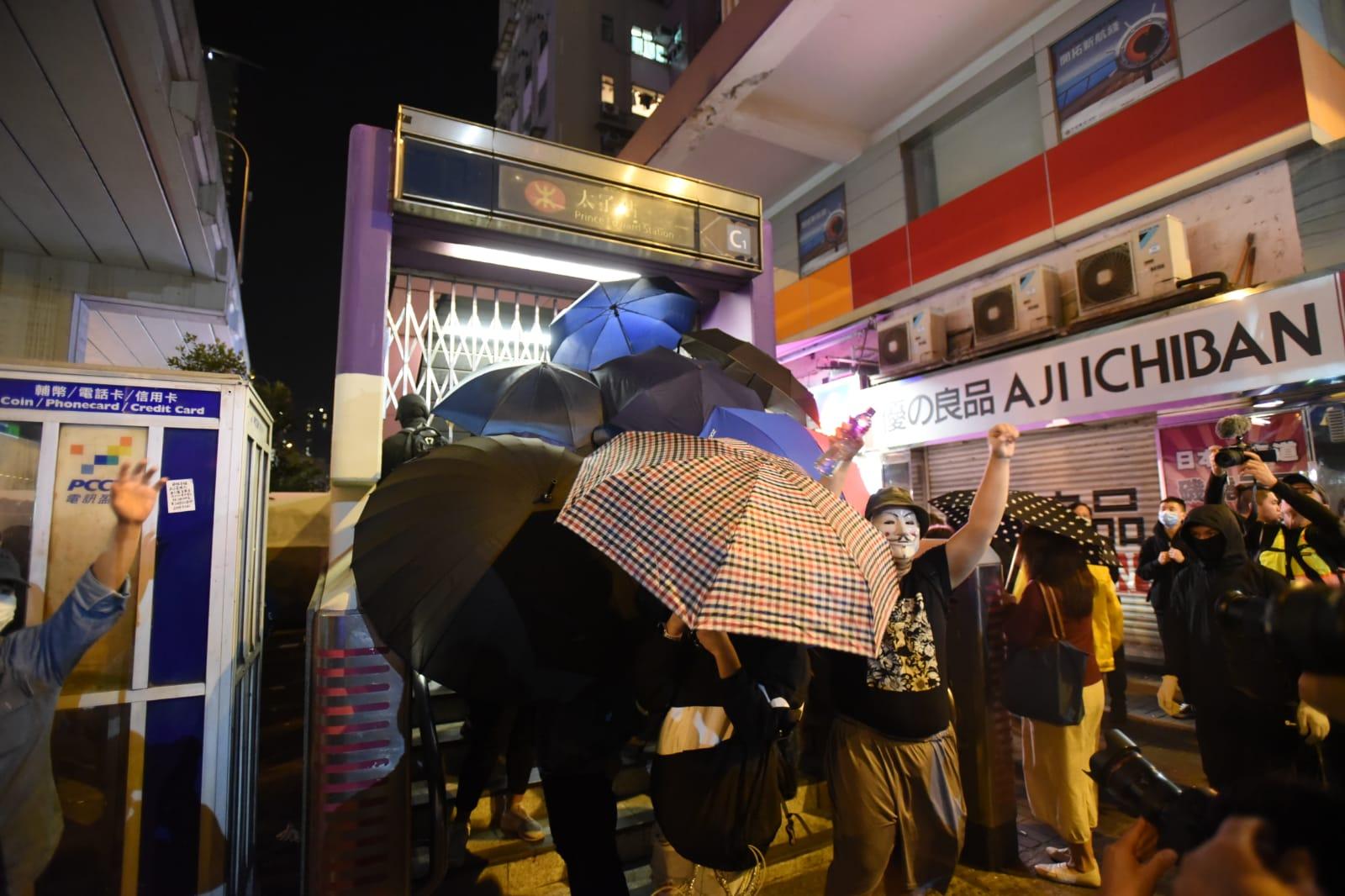 【修例风波】示威者堵塞弥敦道 警察持防暴枪及胡椒喷雾驱散