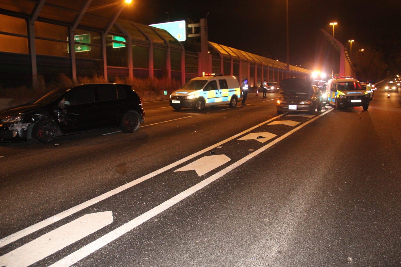 粉岭公路处理坏车 失魂私家车撞警车酿3车串烧