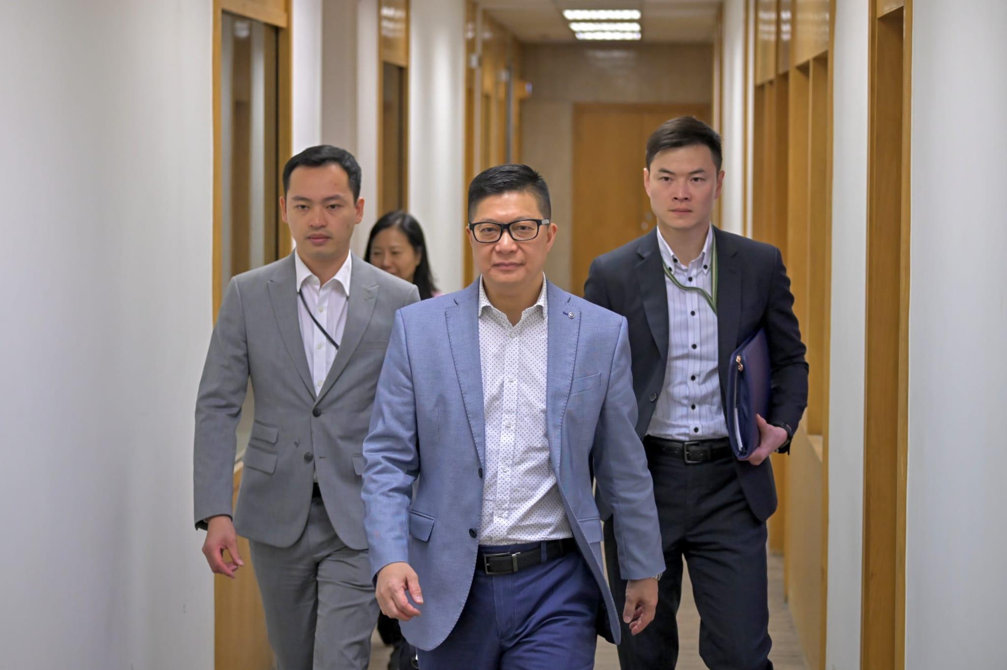 【修例风波】邓炳强批示威者再堵路纵火 拒公开催泪弹成份