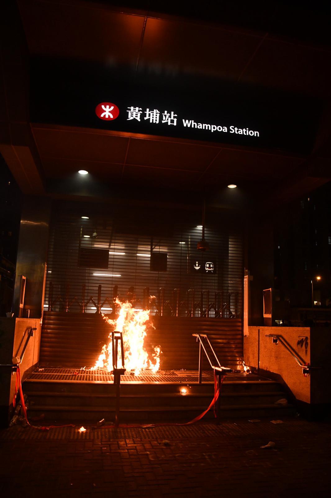 【修例风波】黄埔示威者掟汽油弹烧港铁站 警方曾发射催泪弹