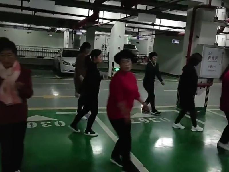 天气转冷 甘肃大妈广场舞跳到入地下停车场