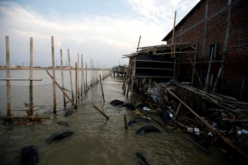As sea engulfs coastline, Indonesians shield homes