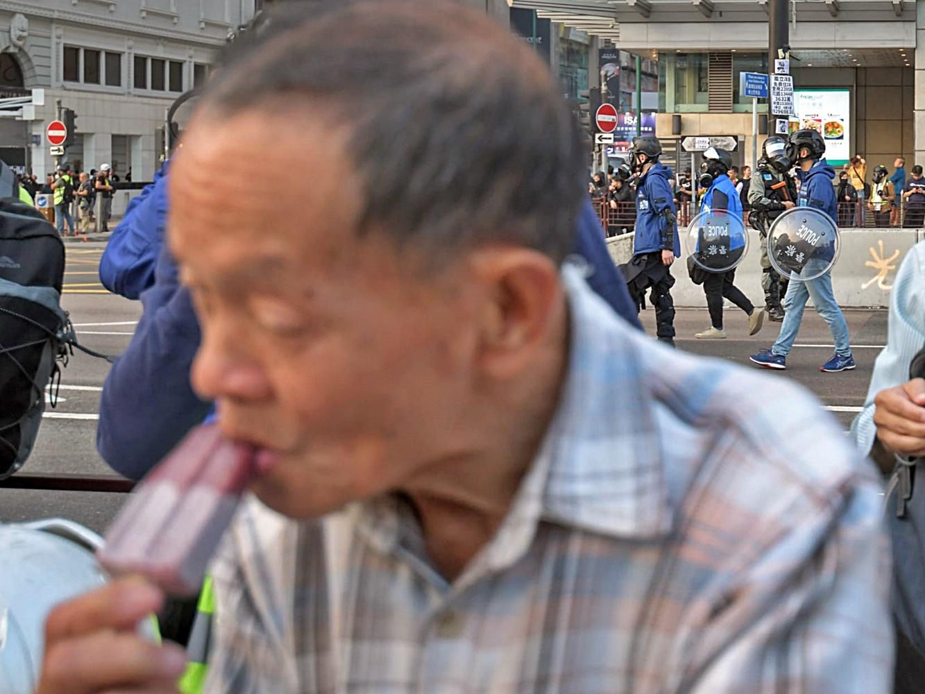 【维港会】尖沙嘴雪条伯伯吸催泪烟 食雪条纾缓不适