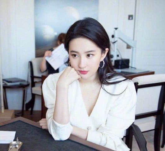 刘亦菲又美出新高度,白色西装搭杏色百褶裙,清新脱俗