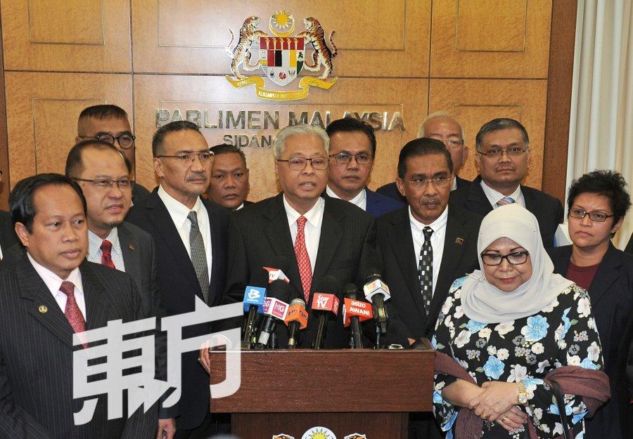 反对党议员欢呼 希望政府听意见