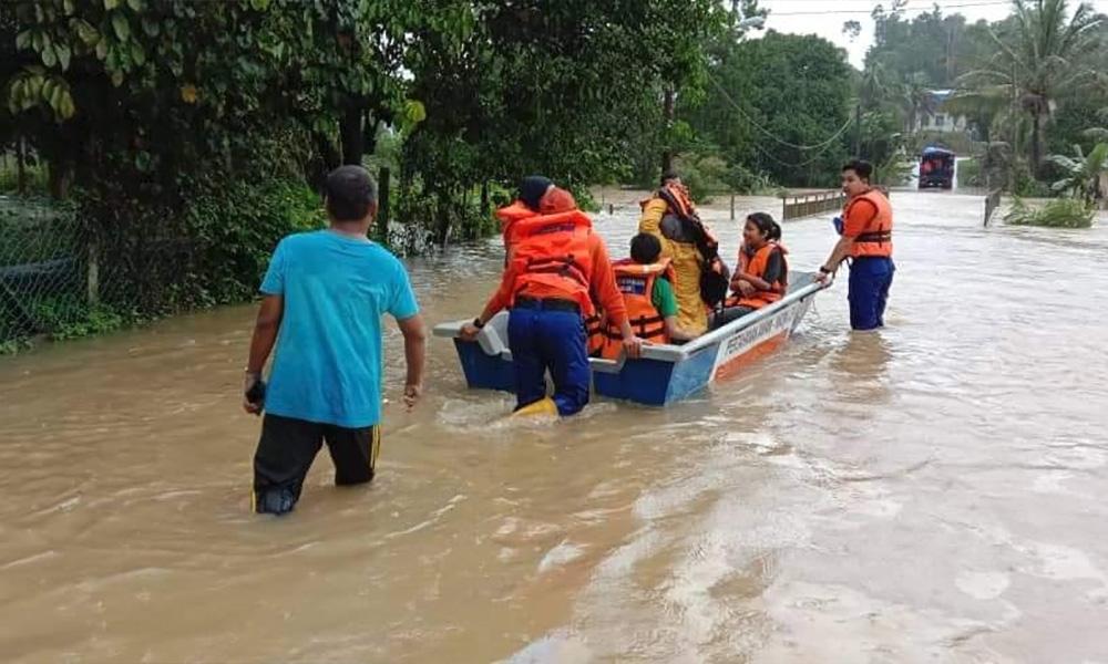 Wan Azizah spends birthday visiting flood evacuees in K'tan, T'ganu