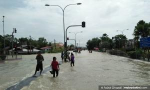 Man electrocuted in Kelantan while wading in floodwaters
